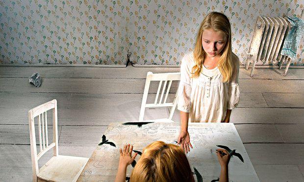 """Hinterlist. In """"The Hungry Sisters"""" will eine Frau ihre Töchter (Maresi Riegner, Mira Reisinger) töten."""