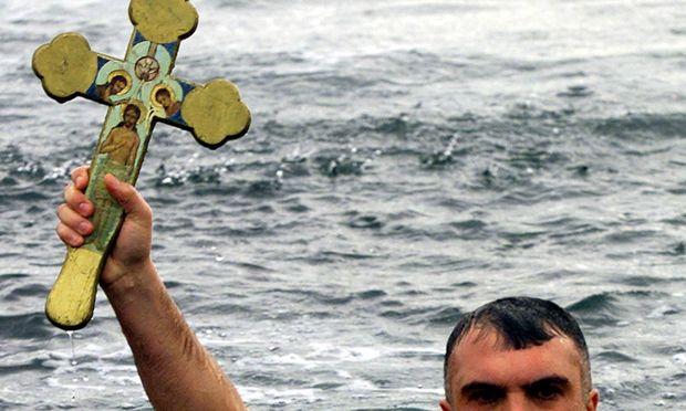 Dreikönigstag in Istanbul: Griechisch-Orthodoxe fischen ein Kreuz aus dem Meer.