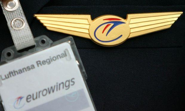 symbolbild abzeichen eines piloten der lufthansa tochter eurowings - Lufthansa Bewerbung Pilot