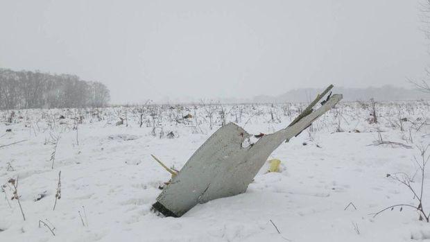 Ein Wrackteil steckt in der Schneelandschaft vor Moskau.