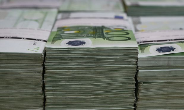 36 Prozent der weltweiten Zahlungen werden bereits in Euro abgewickelt. Im wichtigen Energiesektor und als Reservewährung dominiert allerdings nach wie vor der Dollar.