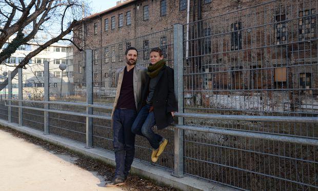 Thomas Traxler und Katharina Mischer vor der versteckten Backsteinhalle beim Sechshauserpark.