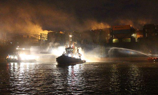 Die Feuerwehr versucht das Feuer auf dem Autotransportschiff im Hamburger Hafen in den Griff zu bekommen.