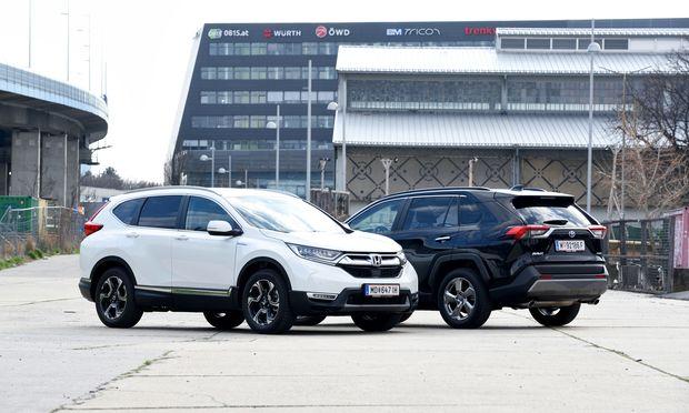 Bitteschön, zweimal 4,6 Meter Hybrid-SUV mit allem Drum und Dran, mit oder ohne Allradantrieb, problemlos mit 6,5 l/100 km zu bewegen: Honda CR-V und Toyota RAV4.