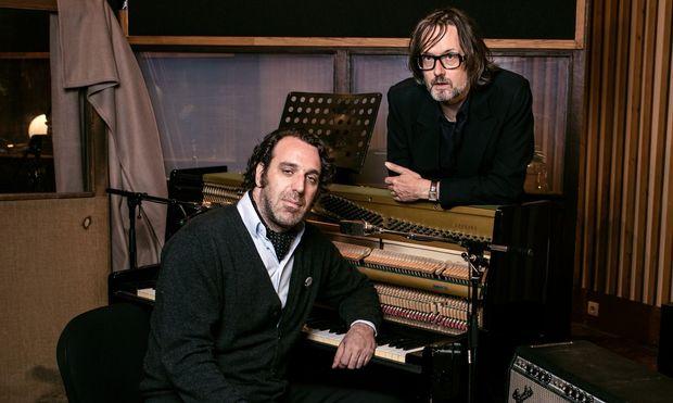 Ein Paar, wie in Hollywood ersonnen: Pianist Chilly Gonzales (links), geboren 1972 in Montreal, begann als The Worst DJ und Begleiter der exzentrischen Peaches; Sänger Jarvis Cocker, geboren 1963 in Sheffield, war Kopf von Pulp, der besten Britpop-Band der Neunzigerjahre.