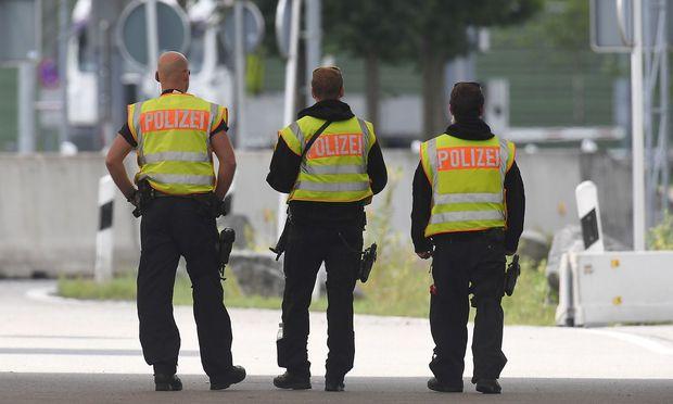 Deutsche Polizisten an der deutsch-österreichischen Grenze