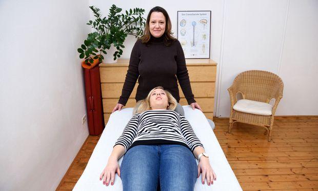 Patientin Melanie Tisch konnte ihre starken Kopfkrämpfe durch die cranio-sacrale Therapie lindern. Hier mit Ärztin Irene Kratky.
