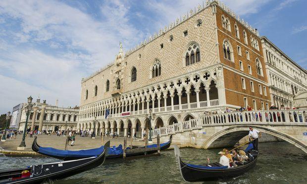 Venedig hat 54.000 Einwohner – und 30 Millionen Touristen im Jahr; zwei Drittel davon Tagesgäste, die für einige Stunden einfallen. Ohne sie geht es nicht: Venedig hängt zu mindestens 80 Prozent vom Tourismus ab.