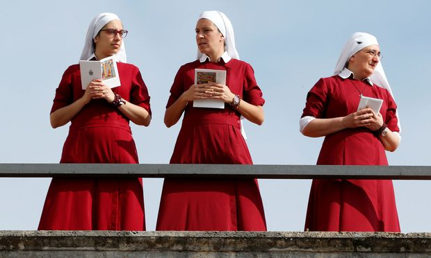 Drei Nonnen bei der Osterfeier am Petersplatz.