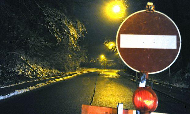 Blick auf die gesperrte Höhenstraße in der Nacht auf den 26. Dezember 2012.