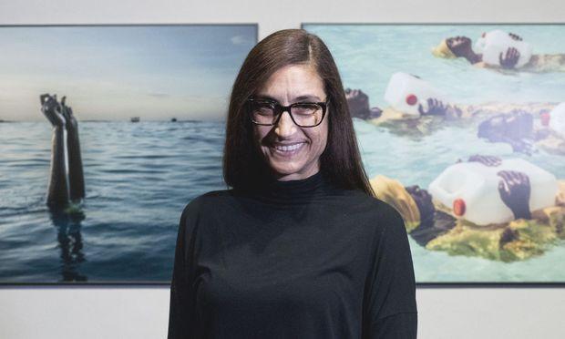 Dokumentarfotografin Anna Boyiazis mag vor allem das Bild rechts hinter ihr.