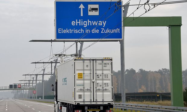 Siemens rüstet Autobahn mit Leitungen für Strom-Lkw aus