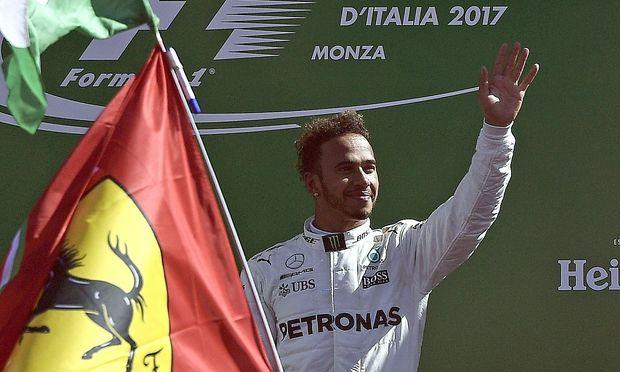 Lewis Hamilton hinter einer Ferrari-Flagge