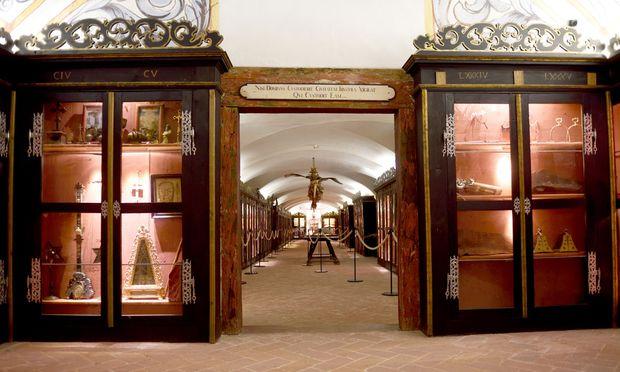 Im Kellergewölbe der Burg: Eingang zur Kunst- und Wunderkammer mit ihren zum Teil kuriosen Objekten.