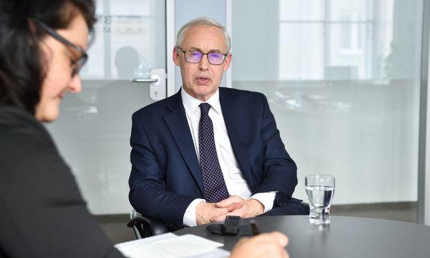 Der Investment-Spezialist Peter Abbott sieht sich Universalbanken genau an.