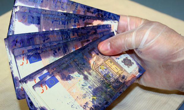 Die Banknoten aus dem gesprengten Bankomat wurden mittels Färbesystem unbrauchbar gemacht.