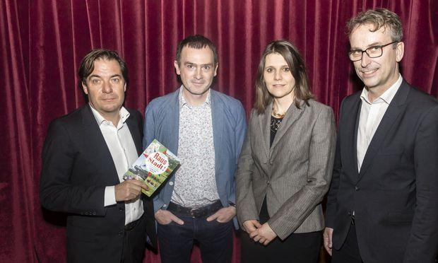 """""""Presse""""-Chefredakteur Rainer Nowak mit Fotograf Clemens Fabry, Autorin Mirjam Marits und dem Leiter der Styria Buchverlage, Matthias Opis (von links)."""