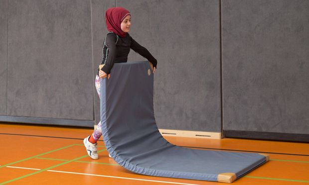 Symbolbild: Schülerin mit Kopftuch im Sportunterricht