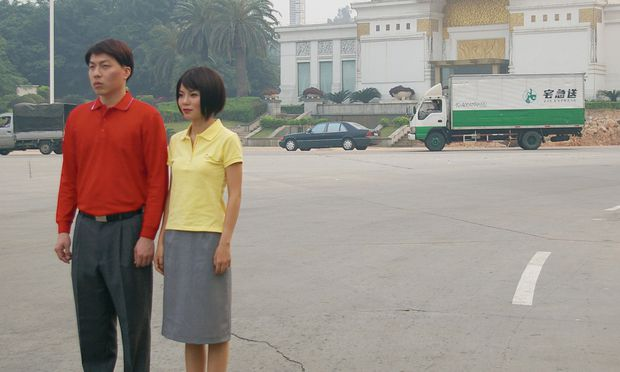 "Jun Yangs Serie ""Paris Syndrome"": Schauspieler vor dem realen Secessions-Nachbau in Guangzhou."