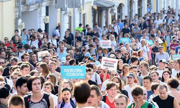 Sie können mit den Werten, die der Kreml propagiert, wenig anfangen. Vor allem Jugendliche nehmen in Moskau an den Kundgebungen für faire Wahlen teil.