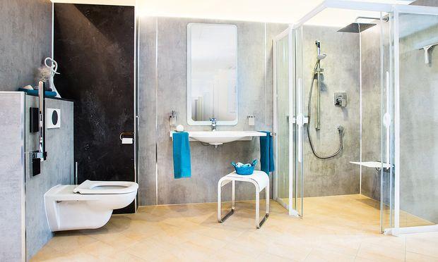 Freier Zugang zur Dusche statt Stolperrand – hier umgesetzt von Artweger.