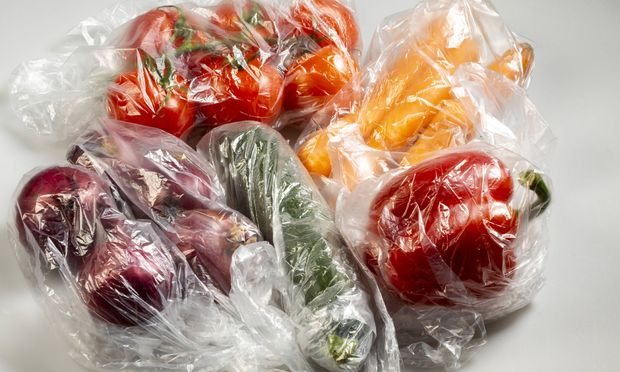 Lebensmittel Verpackungen Einweg Plastikbeutel Gem�se Paprika Tomaten M�hren Zwiebeln aus dem
