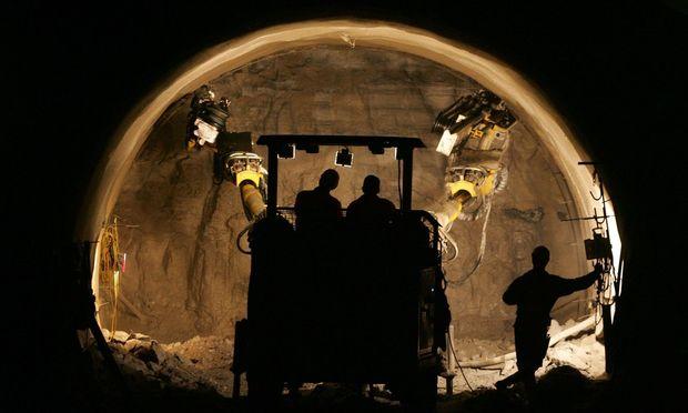 In Österreich sind derzeit etwa der Koralmtunnel der ÖBB und die zweite Tunnelröhre im Bosrucktunnel der Pyhrn-Autobahn im Bau.