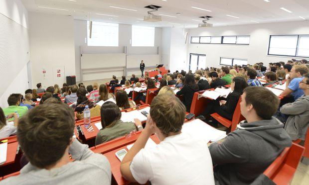 Die meisten AHS-Absolventen beginnen nach der Reifeprüfung eine weitere Ausbildung