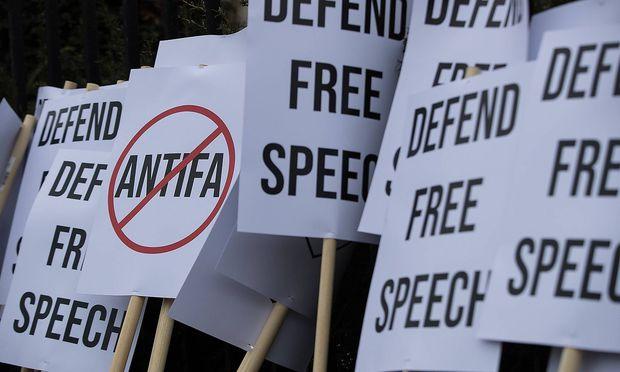 """Die britischen """"Identitären"""" sahen schon im März die Meinungsfreiheit gefährdet und nutzen das Einreiseverbot Sellners für eine Inszenierung als Opfer."""