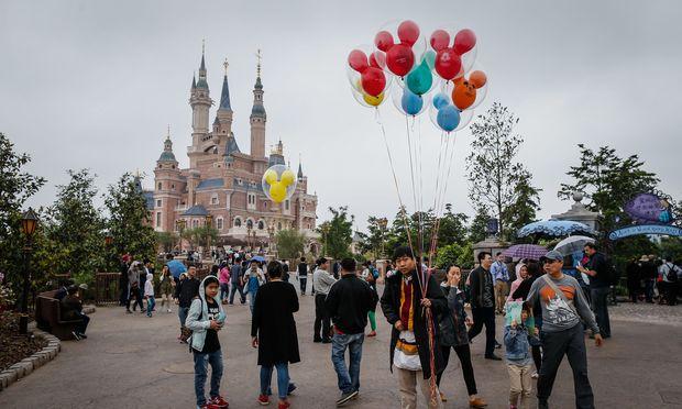 One million Chinese visit Shanghai Disneyland before its opening