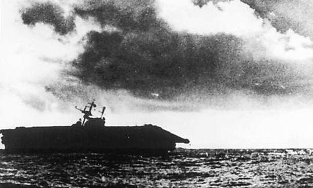 Die Hornet mit Schlagseite kurz vor dem Sinken, Oktober 1942