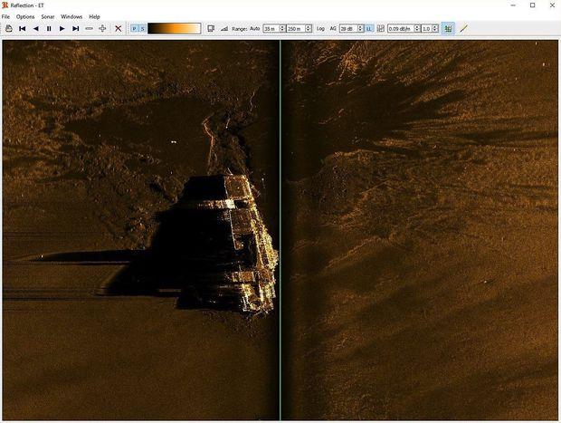 Sonaraufnahme der Hornet auf dem flachen Meeresgrund in 5300 Metern Tiefe