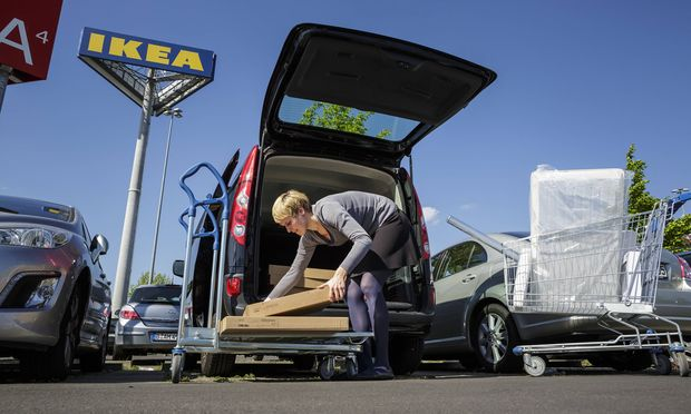 Eine Frau laedt Pakete des Einrichtungshauses IKEA in ihr Auto Berlin 15 05 2015 MODEL RELEASE vo