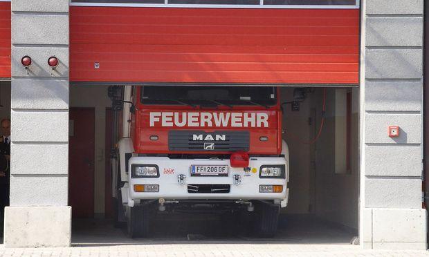 Feuerwehrauto in einem Zeughaus