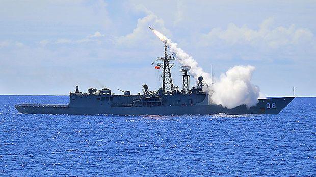 """Australische Fregatte """"Newcastle"""" beim Abschuss einer Standard Missile 2."""