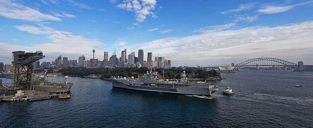 US-Kriegsschiff Blue Ridge bei der Einfahrt in den Kriegshafen Garden Island in der Bucht von Sydney, 2013.