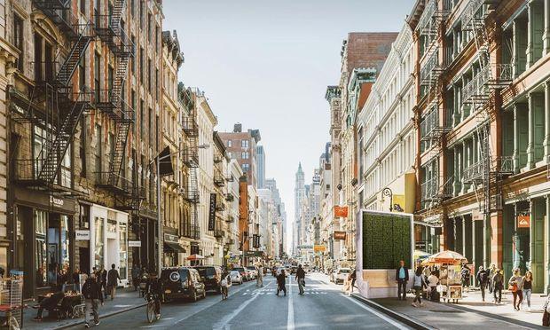 Kein Platz für Bäume? Eine Alternative sind neben Wandbegrünungen auch begrünte Stadtmöbel, im Bild ein mit Moosen bepflanzter Citytree, der wie ein Luftfilter funktioniert.