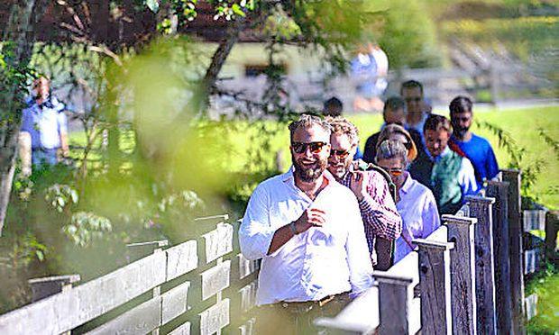 """""""Talk auf der Alm"""" erlebte vergangene Woche in Alpbach seine Premiere. Unternehmer, Manager und Experten trafen sich zu früher Stunde im """"Dorf der Denker"""", um gemeinsam eine kleine Wanderung zur Zirmalm zu unternehmen."""