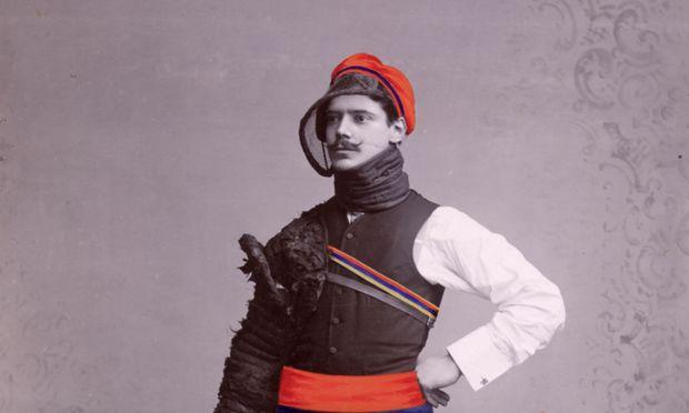 Ein Göttinger Korpsstudent wartet im Jahr 1903 auf die Mensur.