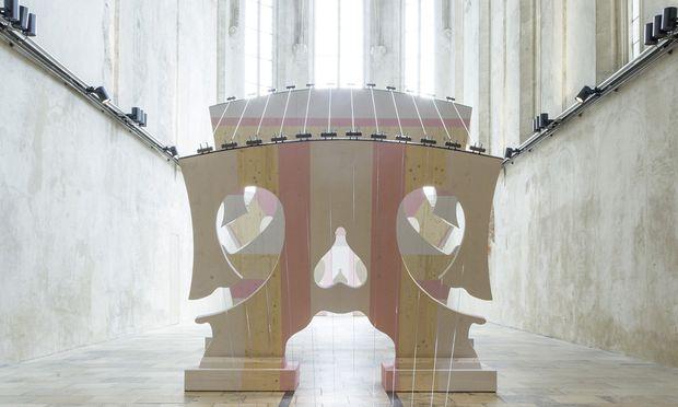 Fünf übermannshohe hölzerne Stege spannt Samsonow mit zwölf Saiten zu einem riesigen Instrument zusammen. Als Klangraum dient die gotische Dominikanerkirche.