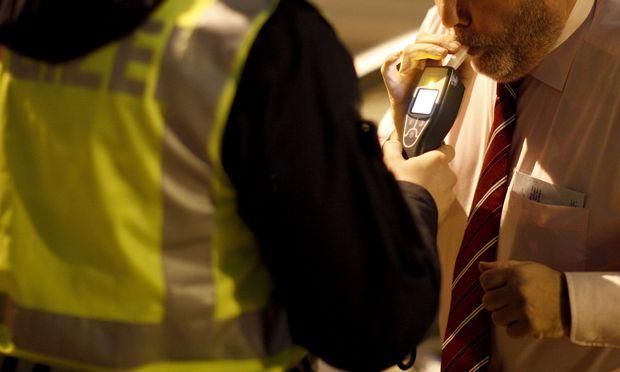 Wer verdächtig ist, vermutlich alkoholisiert ein Auto gelenkt zu haben, kann zum Alkoholtest aufgefordert werden.