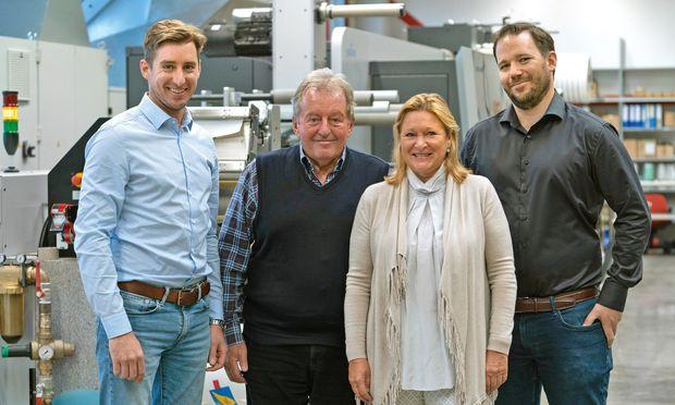 Die vierte und fünfte Generation  Etikettendrucker (v.l.): Florian Ulrich, Karl & Karin und Rainer Ulrich.