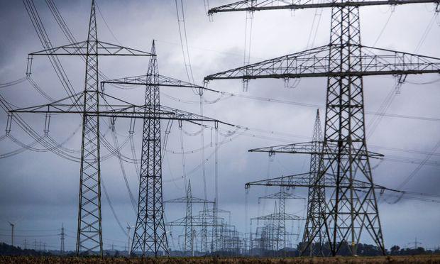 Hochspannungsleitungen Strommasten Freilandleitungen bei Bedburg