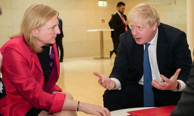 Außenministerin Karin Kneissl hat beim EU-Ministerrat in Luxemburg auch mit ihrem britischen Amtskollegne Boris Johnson ein Gespräch geführt.