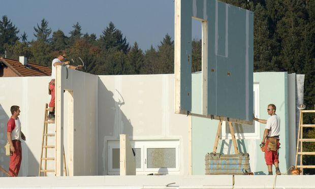 Damit aus dem teuren Vorhaben kein finanzielles Desaster wird, sollten Bauherren schon vor Baubeginn vorsorgen.