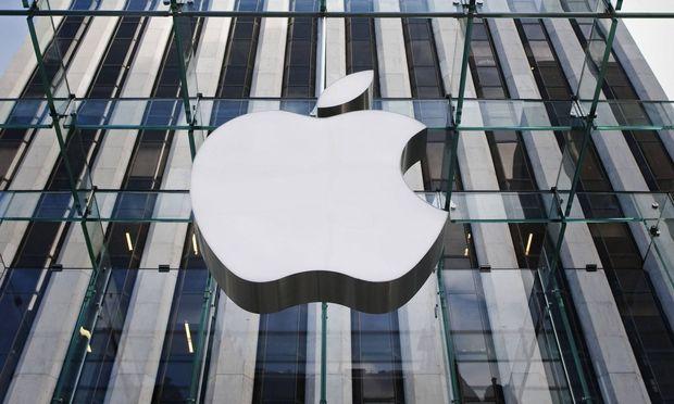 Firmenlogo von Apple an einem Apple Store in New York City New York 11 10 2010 Apple logos at