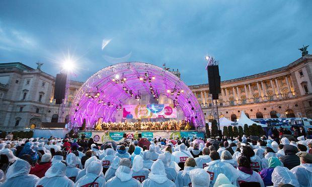 """Regenwetter beim """"Fest der Freude"""" auf dem Wiener Heldenplatz."""