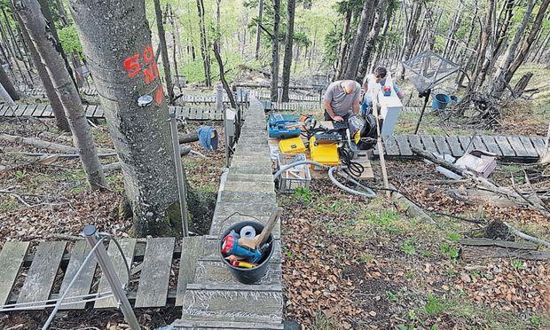 Über Holztreppen und -stege sind die im steilen Wald aufgebauten Messgeräte zugänglich.