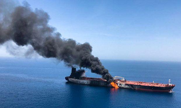 Eines der Schiff geriet bei dem Angriff in Brand.