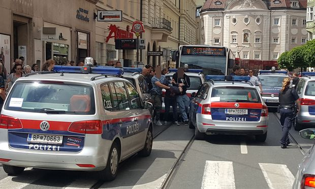 Festnahme des Angeklagten in der Innsbrucker Altstadt / Bild: (c) APA/ZEITUNGSFOTO.AT (ZEITUNGSFOTO.AT)